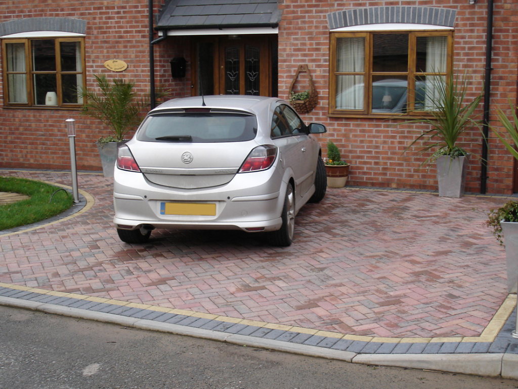 Standard paviors - Colour: Edge in charcoal with buff brindle inset